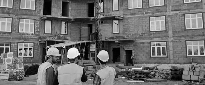 Trois arpenteurs de Denicourt qui analyse les lieux